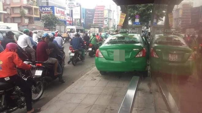 Vụ tai nạn nóng trên phố Sài Gòn: Taxi lao lên vỉa hè, đâm vào gốc cây, đầu xe biến dạng - Ảnh 3.