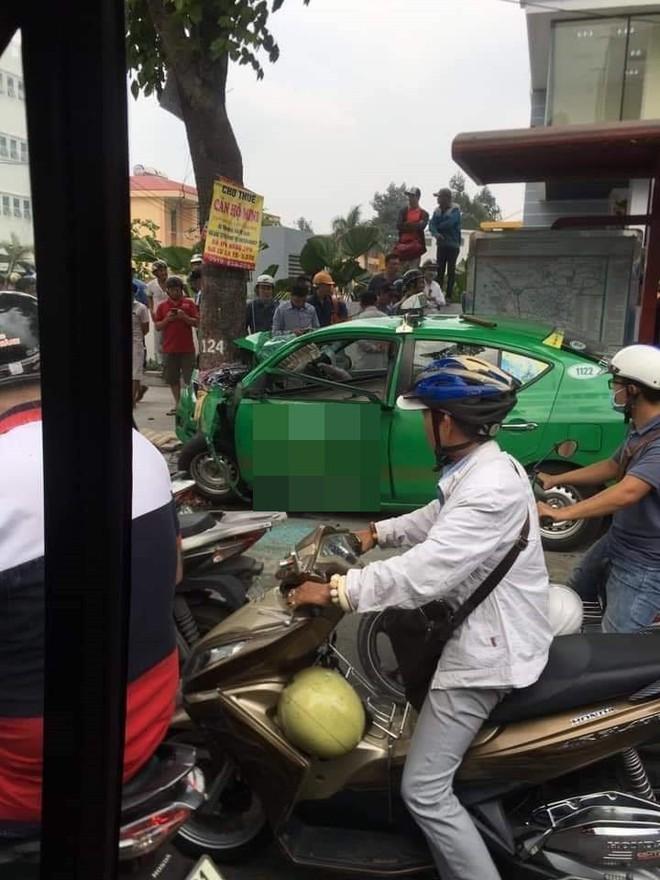 Vụ tai nạn nóng trên phố Sài Gòn: Taxi lao lên vỉa hè, đâm vào gốc cây, đầu xe biến dạng - Ảnh 4.