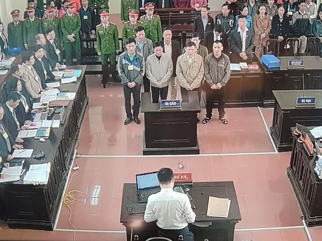 Vụ án chạy thận: 2 bị cáo trực tiếp xử lý đường nước RO xuất hiện tại tòa - Ảnh 9.