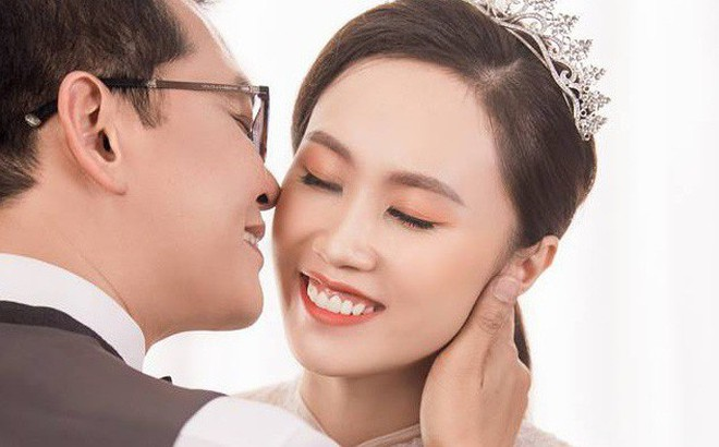 Cận ngày trọng đại, NSND Trung Hiếu mới chịu hé lộ ảnh cưới lãng mạn cùng bà xã kém gần 2 con giáp
