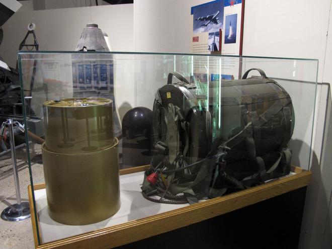 Mỹ từng chiêu mộ và huấn luyện biệt đội cảm tử mang ba lô chứa bom hạt nhân - Ảnh 1.