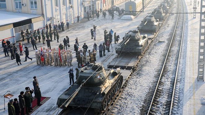 Dân Nga hân hoan đón chào xe tăng T-34 huyền thoại trở về từ Lào - Ảnh 3.