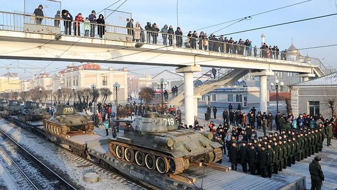 Dân Nga hân hoan đón chào xe tăng T-34 huyền thoại trở về từ Lào - Ảnh 4.