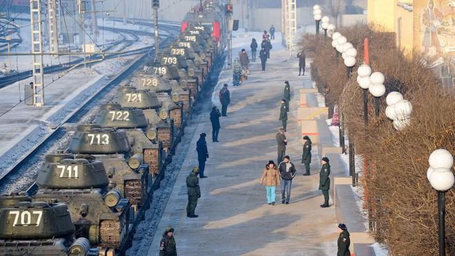 Dân Nga hân hoan đón chào xe tăng T-34 huyền thoại trở về từ Lào - Ảnh 5.