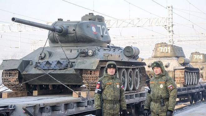 Dân Nga hân hoan đón chào xe tăng T-34 huyền thoại trở về từ Lào - Ảnh 9.
