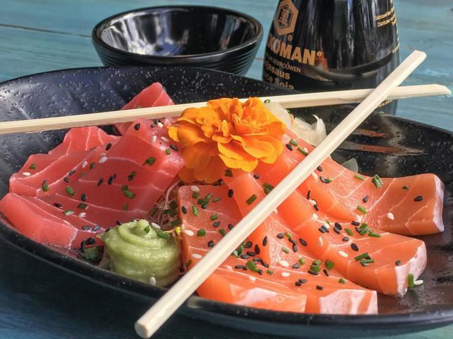 Nhìn cực ngon mắt nhưng bạn sẽ phải ngạc nhiên khi biết đĩa sashimi này được làm từ thứ gì - Ảnh 1.