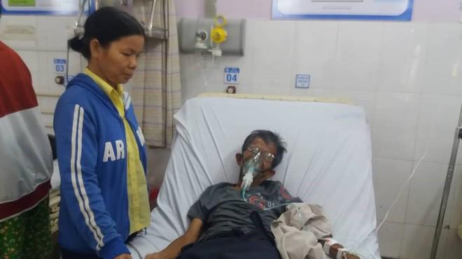 Bảo vệ bệnh viện bỏ việc cõng bệnh nhân vào viện cấp cứu - Ảnh 1.