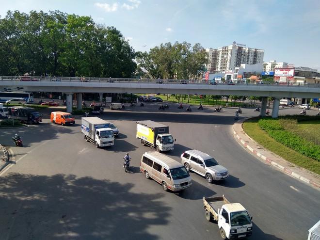 Cận cảnh cầu vượt 'giải cứu' kẹt xe ở cửa ngõ sân bay Tân Sơn Nhất - Ảnh 4.