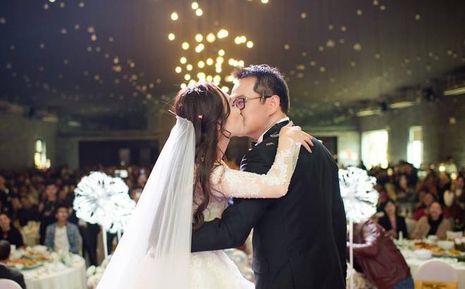 Clip: Khoảnh khắc ngọt ngào trong đám cưới của NSND Trung Hiếu ở tuổi 46 với bà xã kém gần 2 con giáp - Ảnh 8.