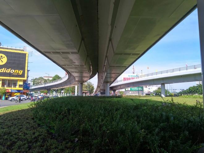 Cận cảnh cầu vượt 'giải cứu' kẹt xe ở cửa ngõ sân bay Tân Sơn Nhất - Ảnh 8.