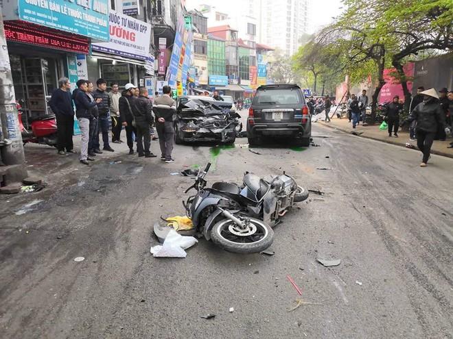 Xe điên tông nhiều xe máy, ô tô trên phố Hà Nội, cụ bà tử vong tại chỗ - Ảnh 2.