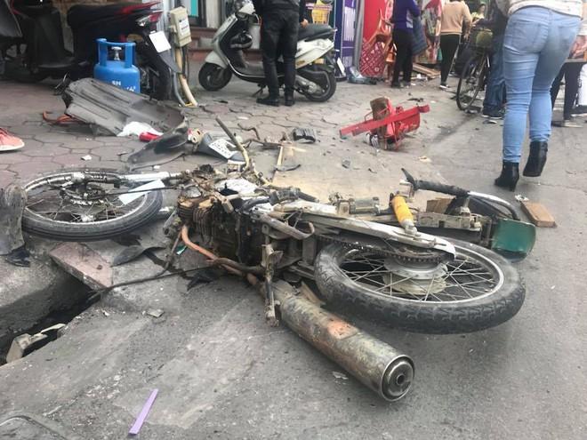 Xe điên tông nhiều xe máy, ô tô trên phố Hà Nội, cụ bà tử vong tại chỗ - Ảnh 4.