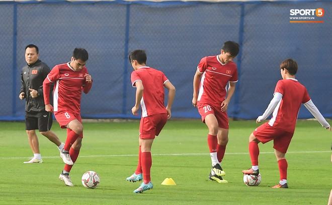 HLV Park Hang-seo ngồi 1 góc riêng suy tư, đợi học trò ra sân tập trước ngày đấu Jordan - Ảnh 12.