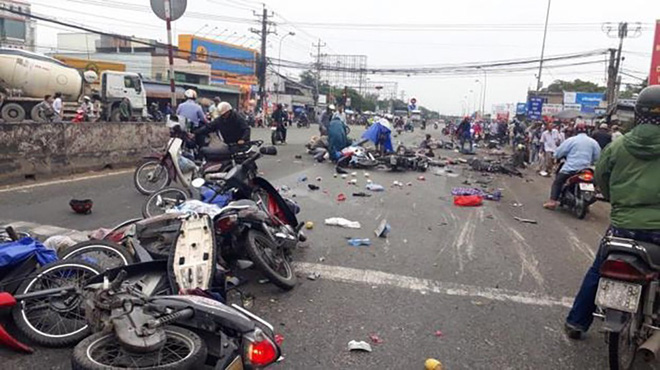 Vụ tai nạn kinh hoàng ở Long An: Chiếc xe container tông thẳng vào, không ai kịp trở tay - Ảnh 9.