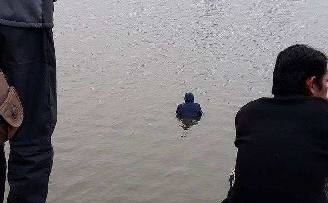Hà Nội: Người đàn ông xuống ngâm mình dưới hồ Linh Đàm giữa trời rét căm
