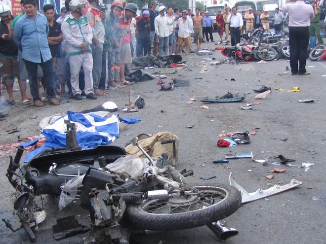 Vụ tai nạn kinh hoàng ở Long An: Khởi tố vụ án, tạm giữ hình sự tài xế xe container - Ảnh 1.