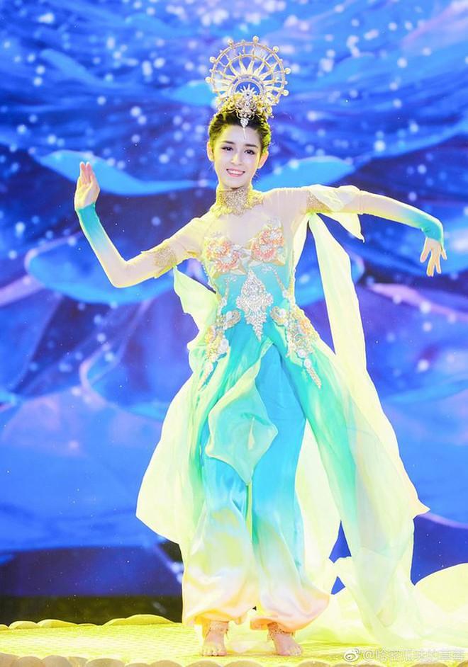 Mỹ nữ Tân Cương nhảy múa đẹp như tiên nữ hạ phàm trên sân khấu - Ảnh 1.