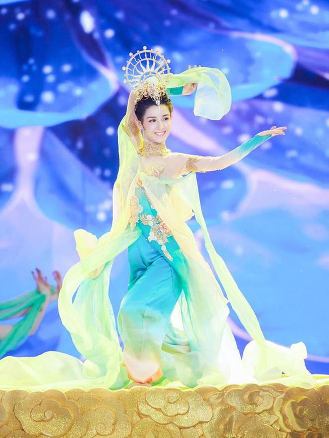 Mỹ nữ Tân Cương nhảy múa đẹp như tiên nữ hạ phàm trên sân khấu - Ảnh 2.