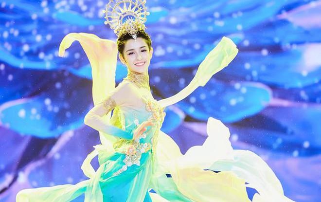 Mỹ nữ Tân Cương nhảy múa đẹp như tiên nữ hạ phàm trên sân khấu - Ảnh 3.