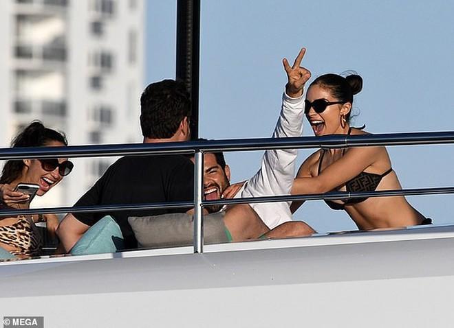 Hoa hậu Olivia Culpo diện bikini, thả sức vui đùa trên du thuyền - Ảnh 4.