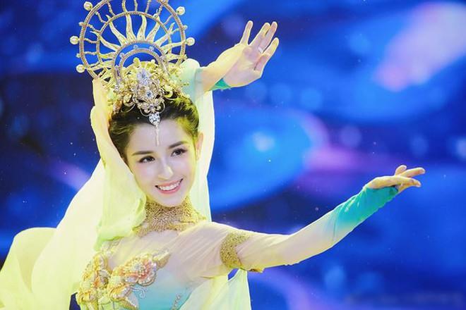 Mỹ nữ Tân Cương nhảy múa đẹp như tiên nữ hạ phàm trên sân khấu - Ảnh 4.