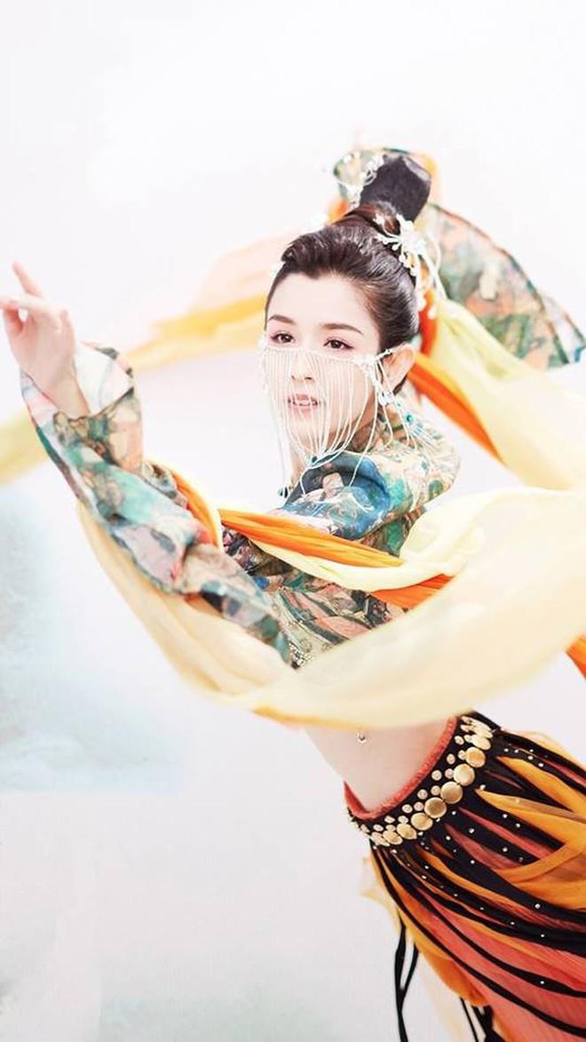 Mỹ nữ Tân Cương nhảy múa đẹp như tiên nữ hạ phàm trên sân khấu - Ảnh 7.