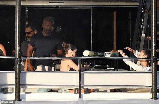 Hoa hậu Olivia Culpo diện bikini, thả sức vui đùa trên du thuyền - Ảnh 9.