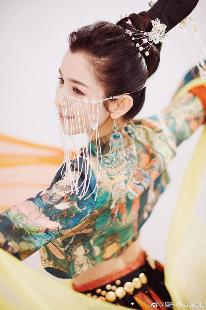 Mỹ nữ Tân Cương nhảy múa đẹp như tiên nữ hạ phàm trên sân khấu - Ảnh 9.