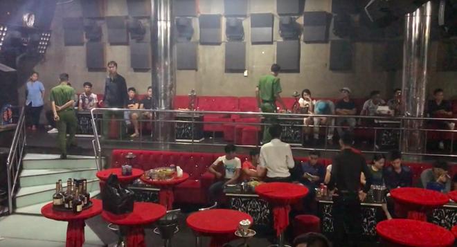 Phát hiện nhiều dân chơi đang phê ma túy trong quán bar, karaoke ở Sài Gòn - Ảnh 2.
