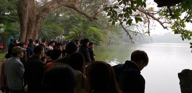 Thanh niên cao to, đẹp trai bất ngờ nhảy xuống hồ Hoàn Kiếm giữa trời rét - Ảnh 1.