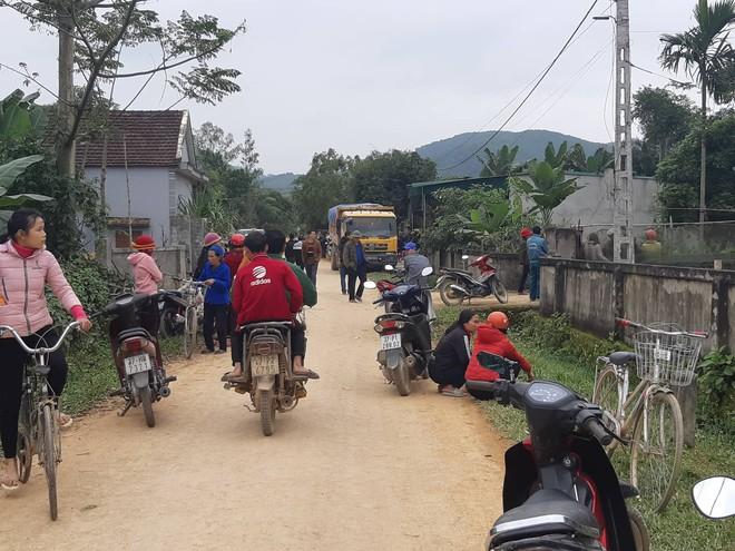 Người thân khóc ngất bên thi thể bé 3 tuổi bị xe ben cán tử vong trên đường làng - Ảnh 1.