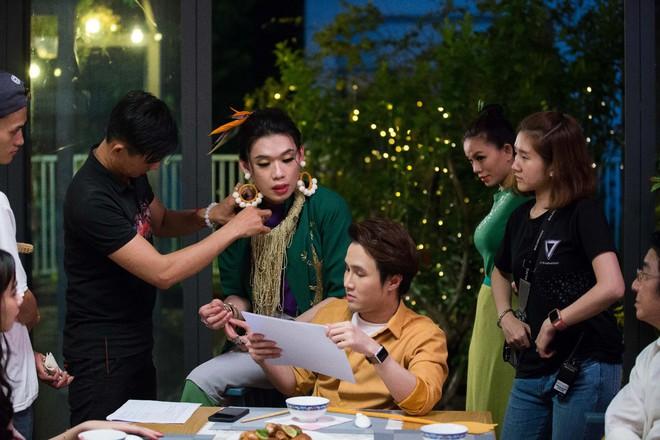 """Hết làm trợ lý cho """"Chị trợ lý của anh"""", Quang Trung quay về làm… trợ lý cho Huỳnh Lập trong MV Tết - Ảnh 2."""