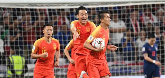 Chuyện kỳ lạ tại Asian Cup 2019: HLV Thái Lan lén lút yểm bùa cầu may nhưng bị người Trung Quốc tỉnh táo hóa giải - Ảnh 1.