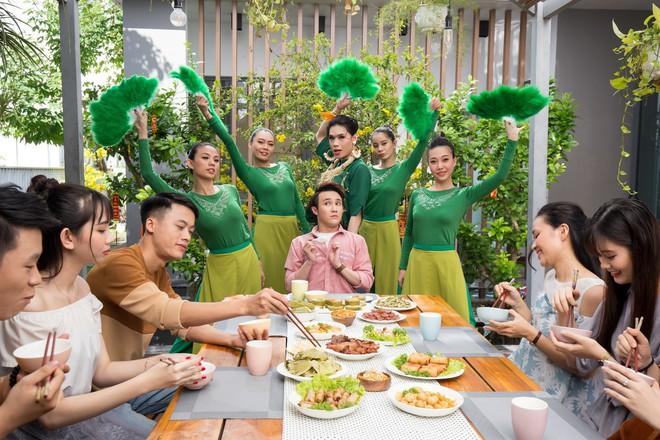 """Hết làm trợ lý cho """"Chị trợ lý của anh"""", Quang Trung quay về làm… trợ lý cho Huỳnh Lập trong MV Tết - Ảnh 3."""