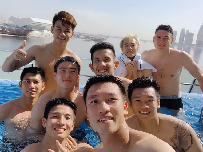 Văn Lâm cùng đồng đội khoe body chuẩn soái ca bên bể bơi - Ảnh 3.