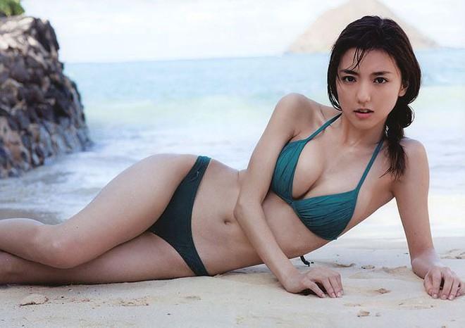 Nhan sắc nóng bỏng của nữ diễn viên là bà xã tiền vệ đáng xem nhất tuyển Nhật ở Asian Cup - Ảnh 6.