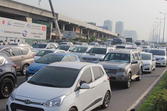 Ùn tắc kinh hoàng trên cầu Sài Gòn, hàng nghìn người chen chúc trong nắng nóng ngày cận Tết  - Ảnh 6.