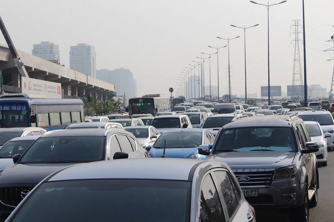 Ùn tắc kinh hoàng trên cầu Sài Gòn, hàng nghìn người chen chúc trong nắng nóng ngày cận Tết  - Ảnh 7.