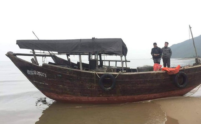 Tàu cá không người lái của nước ngoài dạt vào bờ biển ở Hà Tĩnh