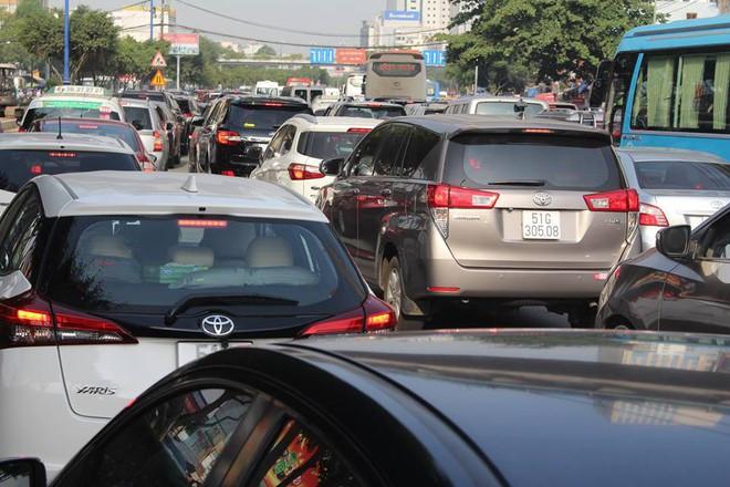 Ùn tắc kinh hoàng trên cầu Sài Gòn, hàng nghìn người chen chúc trong nắng nóng ngày cận Tết  - Ảnh 9.