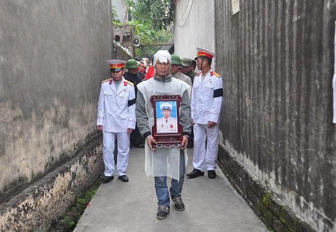 Vụ tai nạn 8 cán bộ xã tử vong: Xót xa cảnh 5 nấm mộ cạnh nhau trong bán kính 100 mét - Ảnh 3.