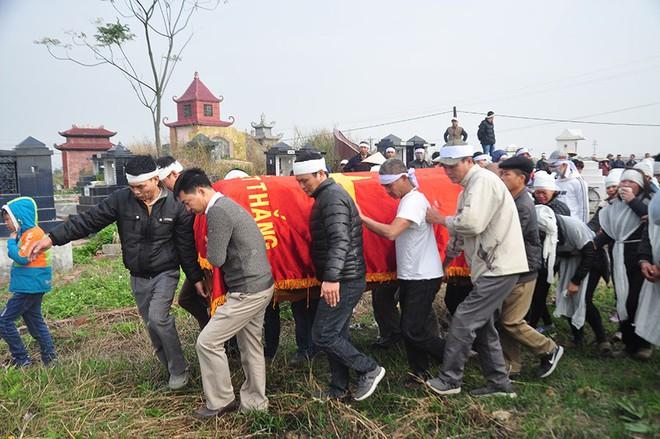 Vụ tai nạn 8 cán bộ xã tử vong: Xót xa cảnh 5 nấm mộ cạnh nhau trong bán kính 100 mét - Ảnh 16.