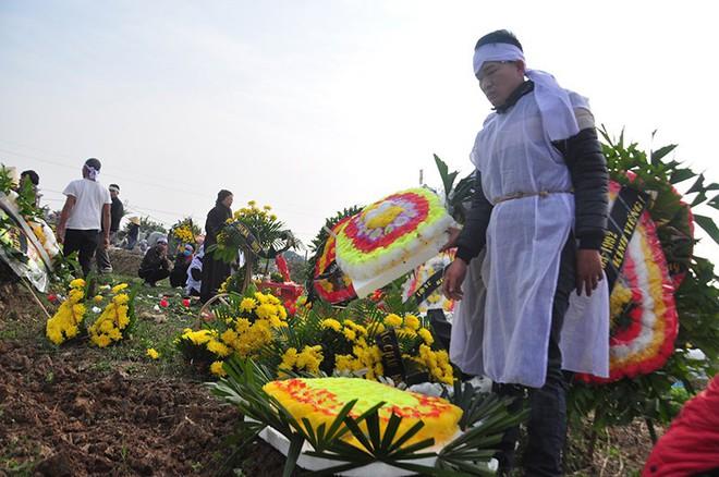 Vụ tai nạn 8 cán bộ xã tử vong: Xót xa cảnh 5 nấm mộ cạnh nhau trong bán kính 100 mét - Ảnh 28.