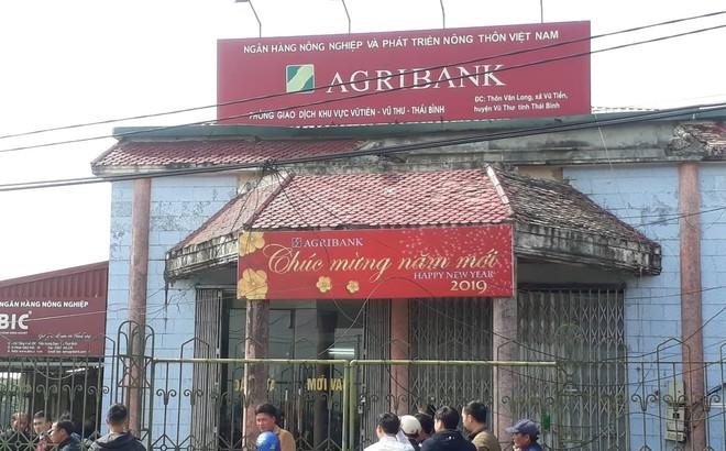 Camera ghi lại toàn bộ diễn biến vụ cướp ngân hàng giữa ban ngày ở Thái Bình
