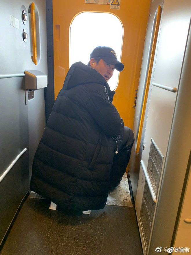 Là tài tử hạng A, Ngô Kinh vẫn ngậm ngùi ngồi ghế nhựa đi tàu hoả về quê ăn Tết - Ảnh 1.