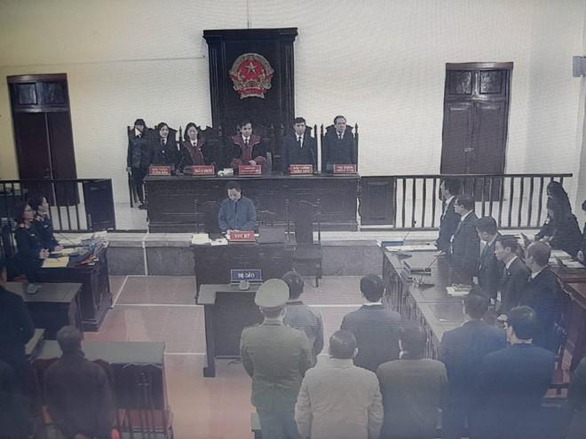 Căng thẳng xử án chạy thận: Luật sư nói VKS quăng chài luận tội, Tòa nghiêm khắc nhắc nhở - Ảnh 1.