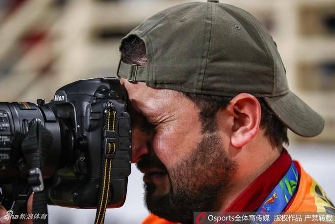 Xúc động hình ảnh phóng viên Iraq bật khóc khi đội nhà thua trận nhưng vẫn nén đau làm nhiệm vụ tại Asian Cup - Ảnh 2.