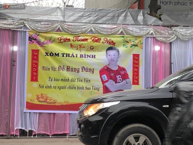 Gia đình tiền vệ Hùng Dũng dựng rạp, nấu cỗ để cổ vũ đội tuyển Việt Nam trước trận tứ kết - Ảnh 1.