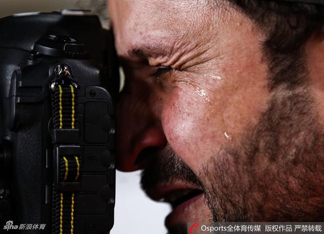 Xúc động hình ảnh phóng viên Iraq bật khóc khi đội nhà thua trận nhưng vẫn nén đau làm nhiệm vụ tại Asian Cup - Ảnh 3.