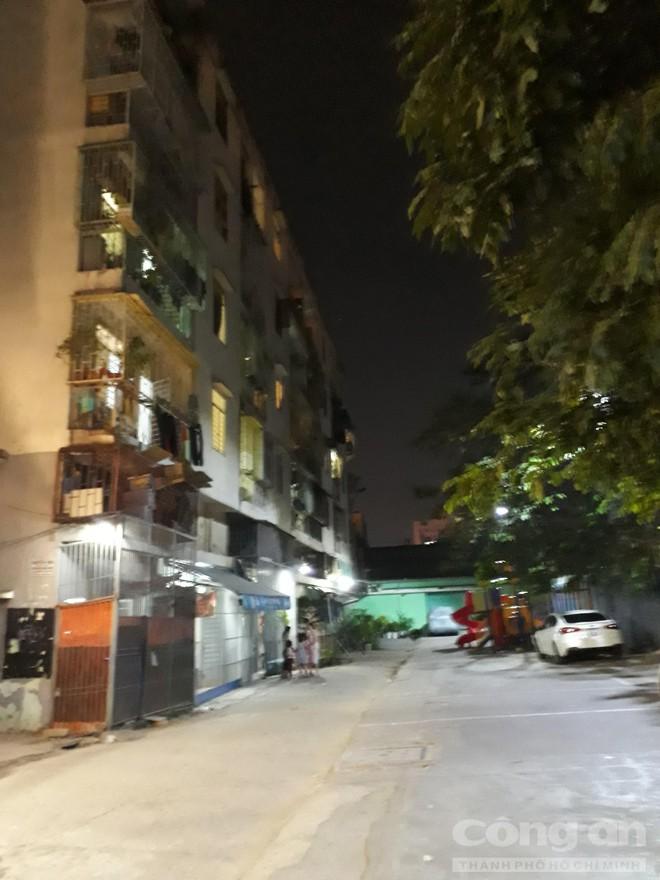 Chung cư ở trung tâm Sài Gòn nghiêng nghiêm trọng, khẩp cấp di dời dân trong đêm - Ảnh 5.